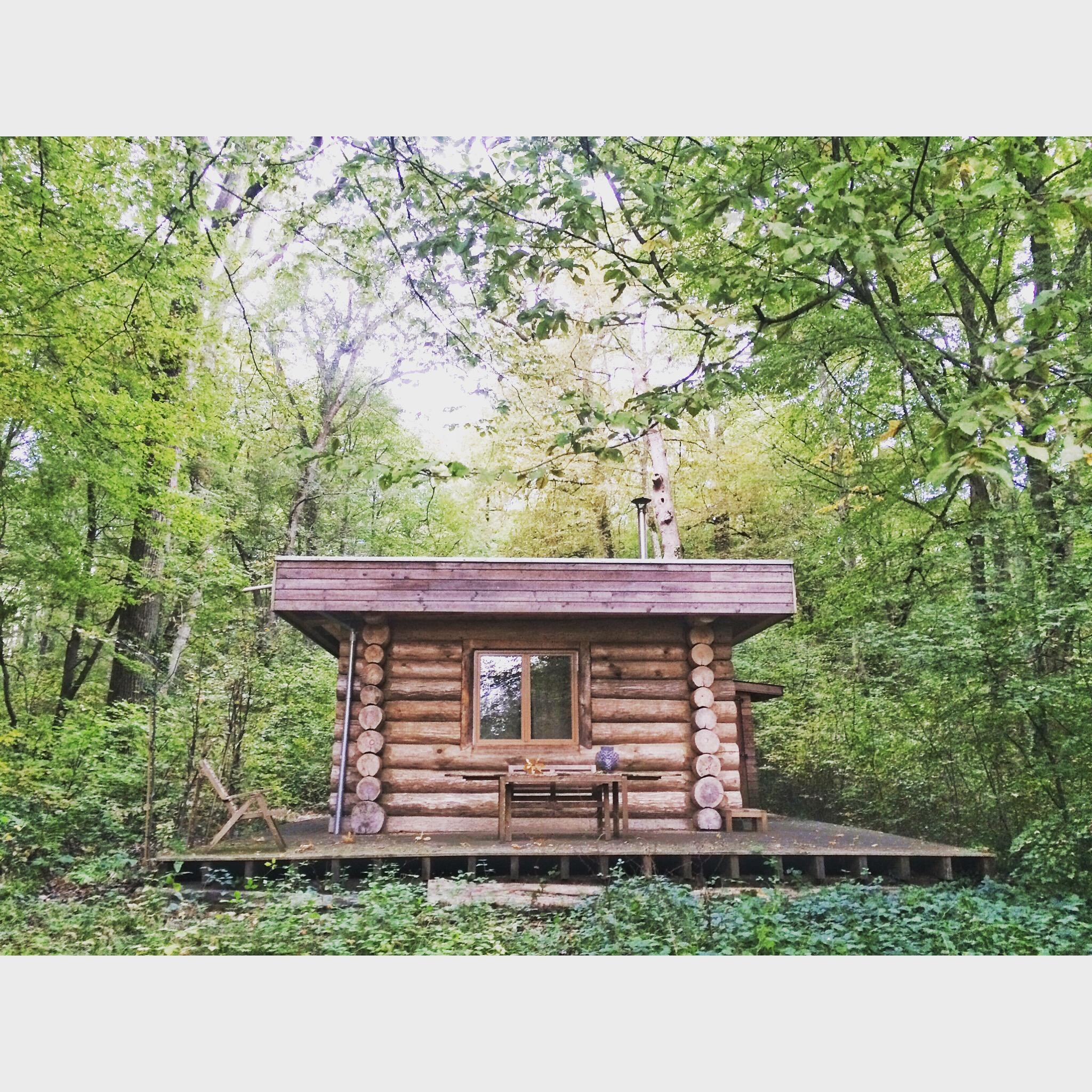 dormir dans une cabane dans les bois escapade a. Black Bedroom Furniture Sets. Home Design Ideas